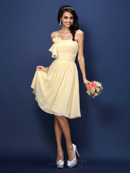 A-Line/Princess Sleeveless Strapless Pleats Hand-Made Flower Chiffon Knee-Length Bridesmaid Dresses